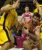 Guille Rubio se aferra al balón entre jugadores del Gran Canaria (ACB Photo / Tolo Parra)