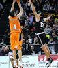 Mainoldi anota uno de sus cuatro triples ante el Bilbao Basket (Foto: Luis Fernando Boo).