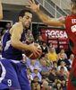 Arco se cuela entre dos rivales (Foto: Melilla Baloncesto)