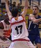 Salva Arco buscando el pase entre dos rivales (Foto: Melilla Baloncesto)