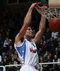 Fran Pilepic colgándose del aro (Adriatic Basket)