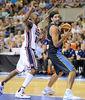 Presión de Kobe Bryan a Luis Scola<br> Foto: Charly Mula