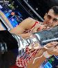 Dario Saric con la copa de campeón de Europa U18 (Foto FIBA Europe)