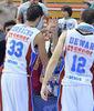 Corbacho y Dewar saludan a los aficionados que se han desplazado hasta Fuenlabrada (ACB Photo/F.Martínez)