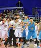 "Lu Wei y Sundiata Gaines se ""enganchan"" (Foto: Oosports)"