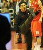 Un miembro del staff técnico del Qingdao muestra su enfado con la mesa y los árbitros (Foto: Oosports)