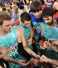 El F.C. Barcelona Regal haciendo piña tras la victoria ante Caja Laboral