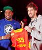 Kevin Durant recibió por sorpresa la presencia de Pau Gasol que le regaló  la camiseta de la selección española