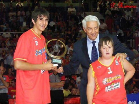 Ricky Rubio recibió el premio de mejor jugador europeo en los prolegómenos del encuentro