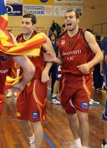 La felicidad de Chus Aranda, junto a Martí Nualart, tras conseguir su tercera Copa (foto E. Cobos/FEB)
