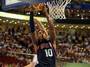 Kobe Bryant machaca el aro ante España (Foto: FIBA.com)