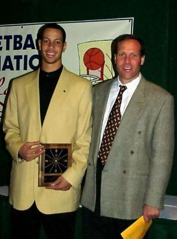 Wayne Nelson Jr junto a su entrenador James Cosgrove recibiendo el trofeo de Jugador del año de su conferencia