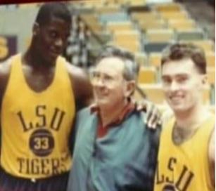 Un jovencísimo Shaquille O'Neal junto a Díaz Miguel y Mike Hansen en la universidad de LSU