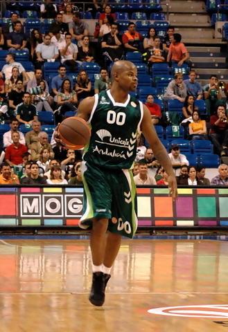Omar Cook sube el balón (Foto: José María Benito)