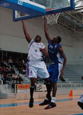 06 Stevie Johnson defendido por Mamadou Samb