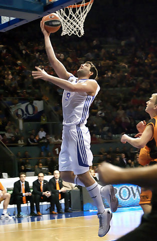 Felipe Reyes anota dos puntos (foto: FM)