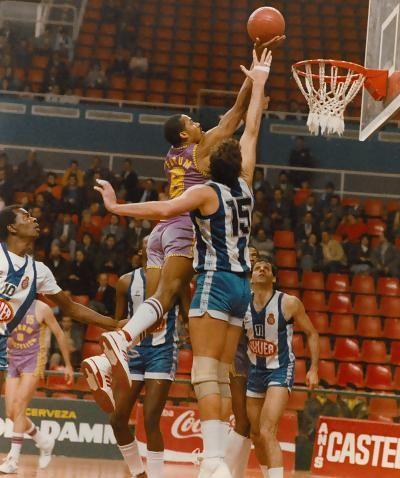 Granger Hall se eleva por encima de Mike Phillips ante la mirada de Pepe Collins (Foto: Miqui Forniés)