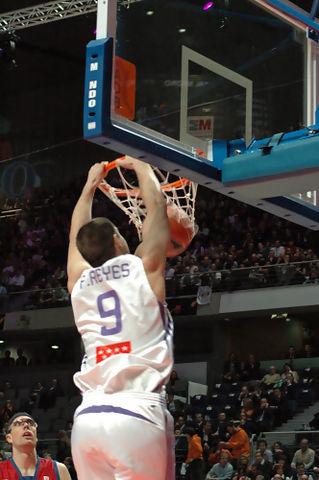 Reyes machaca el aro (Foto: José María Benito)