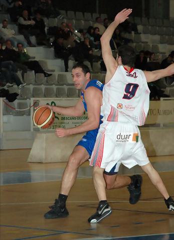 35 César Bravo intenta penetrar pese a la defensa de Iñaki Sanz (foto basquetmaniàtic)