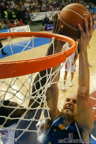Xavi Rey se lleva el tapón de Lamont Barnes (Foto: Antonio Rull/enCancha.com)