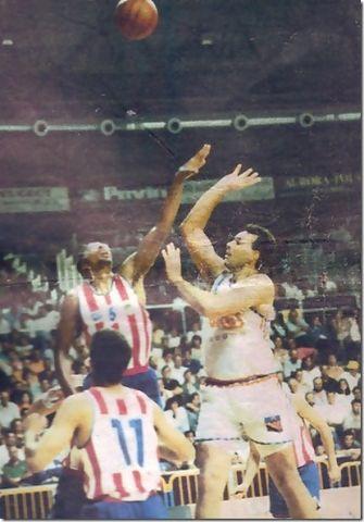 Shelton Jones tratando de parar a Ramón Rivas