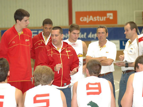 Alejandro Martínez da órdenes a sus chicos (Foto: Chema González)