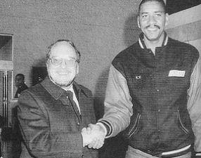 El presidente del TDK Manresa en 1990, Carles Casas, recibió en el aeropuerto del Prat al gran George Gervin