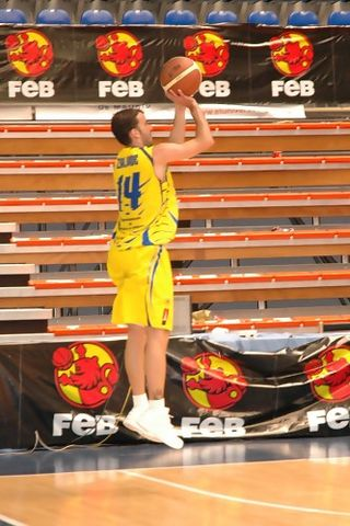 Suspensión de Javier Zalvide con la camiseta del ADM en la Final a 4 de Fuenlabrada (foto basquetmaniàtic)