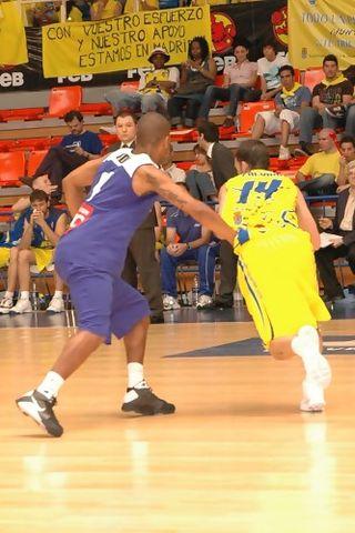 Javier Zalvide intenta penetrar (foto basquetmaniàtic)