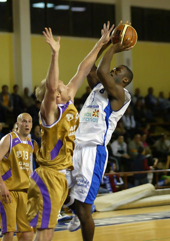 Francis Koffi lanzando ante Mike Higgins(Foto: César Borja / UB LA PALMA)