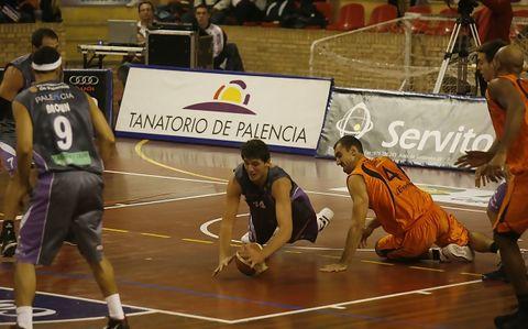 Mirotic lucha un balón ante Alzamora para dar la primera victoria a Palencia (Foto: B. Mallorca)