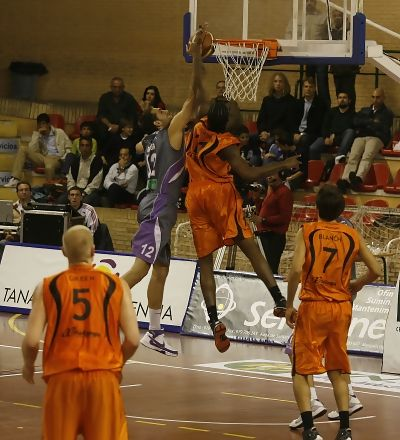 Arteaga y Northen pelean por un rebote (Foto: Básquet Mallorca)