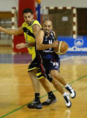 Sebas Arrocha se marcha del MVP Jaime Heras (Foto: César Borja - UB La Palma)