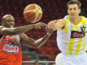 Giricek (Fenerbahçe) lucha por la pelota ante Keith Simmons del Banvit (Foto: www.fenerbahce.org)