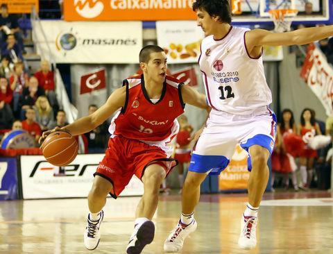 Álex Llorca sube el balón con la oposición de  Nihad Djedovic (Foto: ACB PHOTO/J.Alberch)