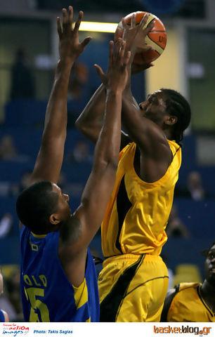 Jamie Arnold, MVP de la jornada, en defensa (Foto: basketblog.gr)