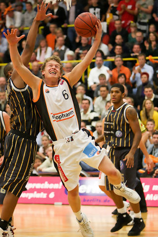 Per Günther intenta la canasta para ratiopharm Ulm (Foto: basketball-ulm.com)