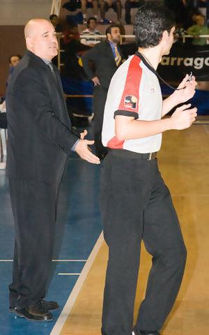 Manuel Povea dialoga con uno de los árbitros durante el encuentro