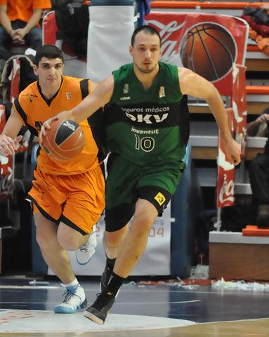 Luka Bogdanovic inicia el contraataque(foto FM)