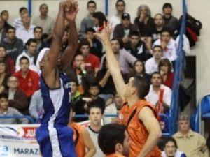 Melilla sigue imparable; Jason Robinson lanza a canasta (Foto: Melilla Baloncesto)