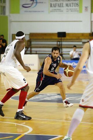 Sebas Arrocha abre el juego ante Eric Coleman (Foto: César Borja para UB La Palma)