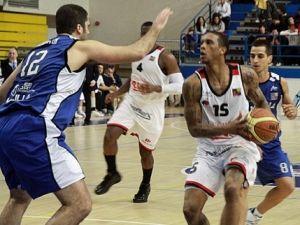 Joao Betinho busca el tiro ante Roberto Morentin en la vistoria de Melilla (Foto: Leche Río Breogán)