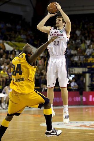 Actuación estelar de Mirza Teletovic<br>(ACB PHOTO/Miguel Henríquez)