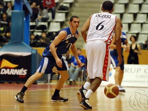 Jordi Bataller defiende a Sean Ogirri (Foto: Ruben Garcia Carballo)<br>