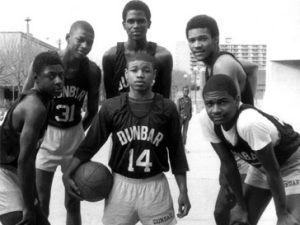 yrone Bogues posando junto a sus compañeros de instituto, entre ellos el desaparecido Reggie Lewis y Reggie Williams, en el Dunbar High School