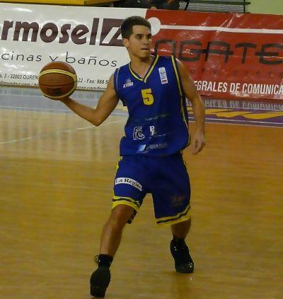 Javi moviendo la bola para Ourense