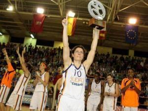 Elisa Aguilar celebra el campeonato liguero del Ros Casares (foto: feb.es)