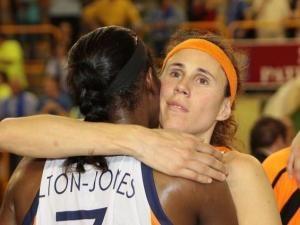 Sabor a despedida en el abrazo entre Milton-Jones y Valdemoro (foto: feb.es)