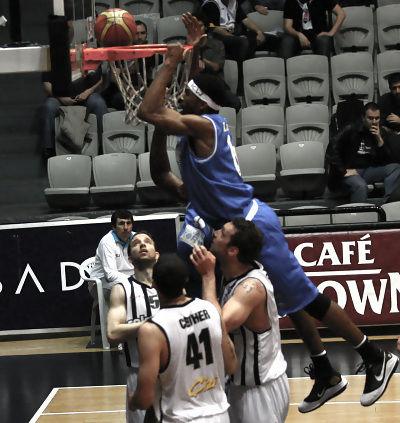 Lamayne Wilson se eleva por encima de los jugadores de Besiktas (Foto: turktelekomspor.com.tr)