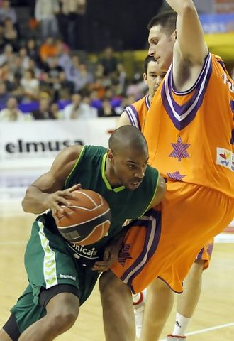 Gary Neal penetra ante la defensa de Kosta Perovic (ACB PHOTO/M.A.Polo)